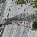 El grupo atravesando el impresionante sendero excavado en la roca